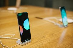 Βερολίνο, στις 12 Δεκεμβρίου 2017: η παρουσίαση του iPhone Χ και οι πωλήσεις των νέων προϊόντων της Apple στην επίσημη Apple αποθ Στοκ Φωτογραφία