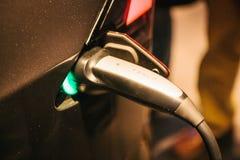 Βερολίνο, στις 2 Οκτωβρίου 2017: Ανεφοδιασμός σε καύσιμα αυτοκινήτων τέσλα σε έναν ηλεκτρικό σταθμό καυσίμων Σταθμός για τον ανεφ Στοκ Εικόνες