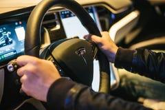 Βερολίνο, στις 2 Οκτωβρίου 2017: Εσωτερικό τέσλα πρότυπο Χ του ηλεκτρικού αυτοκινήτων Ο οδηγός οδηγεί ένα αυτοκίνητο Στοκ Φωτογραφίες