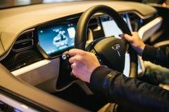Βερολίνο, στις 2 Οκτωβρίου 2017: Εσωτερικό τέσλα πρότυπο Χ του ηλεκτρικού αυτοκινήτων Ο οδηγός οδηγεί ένα αυτοκίνητο Στοκ Εικόνα