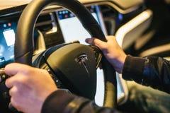 Βερολίνο, στις 2 Οκτωβρίου 2017: Εσωτερικό τέσλα πρότυπο Χ του ηλεκτρικού αυτοκινήτων Ο οδηγός οδηγεί ένα αυτοκίνητο Στοκ φωτογραφία με δικαίωμα ελεύθερης χρήσης