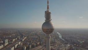 ΒΕΡΟΛΙΝΟ, ΓΕΡΜΑΝΙΑ - 21 ΟΚΤΩΒΡΊΟΥ 2018 Εναέρια άποψη του διάσημου από το Βερολίνο πύργου Fernsehturm ή τηλεόρασης και του ποταμού απόθεμα βίντεο