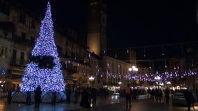 ΒΕΡΟΝΑ, ΙΤΑΛΙΑ ΤΟ ΔΕΚΈΜΒΡΙΟ ΤΟΥ 2018: Τετράγωνο Erbe με τα φω'τα και το δέντρο διακοσμήσεων Χριστουγέννων φιλμ μικρού μήκους