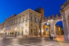 ΒΕΡΟΝΑ, ΙΤΑΛΙΑ - ΤΟ ΣΕΠΤΈΜΒΡΙΟ ΤΟΥ 2017 Το μεσαιωνικό Porta Nuova, πύλη στην παλαιά πόλη της Βερόνα πλατεία Βερόνα στηθοδέσμ&om Μ στοκ εικόνα με δικαίωμα ελεύθερης χρήσης
