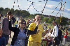 Παραγωγή των φυσαλίδων σαπουνιών σε Mauerpark Στοκ Φωτογραφίες