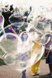 Παραγωγή των φυσαλίδων σαπουνιών σε Mauerpark Στοκ Φωτογραφία