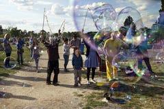 Παραγωγή των φυσαλίδων σαπουνιών σε Mauerpark Στοκ φωτογραφία με δικαίωμα ελεύθερης χρήσης