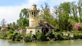 Βερσαλλίες, Γαλλία - τον Απρίλιο του 2012: Διαφυγή κήπων της Marie Antoinette's στοκ φωτογραφία
