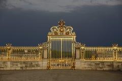 ΒΕΡΣΑΛΛΙΕΣ, ΓΑΛΛΙΑ - 8 Αυγούστου 2015: Κύριες χρυσές πύλες του πύργου de Βερσαλλίες, Βερσαλλίες, Γαλλία Στοκ Φωτογραφία