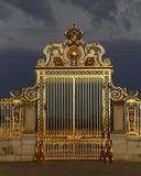 ΒΕΡΣΑΛΛΙΕΣ, ΓΑΛΛΙΑ - 8 Αυγούστου 2015: Κύριες χρυσές πύλες του πύργου de Βερσαλλίες, Βερσαλλίες, Γαλλία Στοκ φωτογραφίες με δικαίωμα ελεύθερης χρήσης