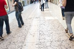 Βερόνα Η οδός που στρώνεται από τις ρόδινες μαρμάρινες πλάκες στοκ εικόνες