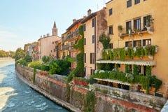 Βερόνα, Ιταλία - 17 Αυγούστου 2017: Όμορφη πρόσοψη του κτηρίου στην οδό της Βερόνα Στοκ εικόνες με δικαίωμα ελεύθερης χρήσης