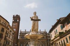 Βερόνα, Ιταλία στις 11 Ιουλίου 2013: Άποψη της πλατείας delle Erbe στο κέντρο της πόλης της Βερόνα, Ιταλία Στοκ Εικόνα