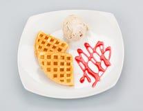 Βελγικές βάφλες με το παγωτό και το σιρόπι Στοκ Φωτογραφία