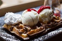 Βελγικές βάφλες με το παγωτό, σοκολάτα, Στοκ Φωτογραφίες