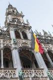 Βελγική σημαία στο κτήριο πύργων ιστορίας Στοκ Εικόνες