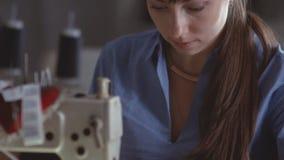Βελονιά στη ράβοντας μηχανή Νέα μοδίστρα στην εργασία κίνηση αργή απόθεμα βίντεο
