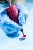 Βελόνα δερματοστιξιών και φλυτζάνι του μελανιού Στοκ εικόνα με δικαίωμα ελεύθερης χρήσης