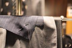 Βελόνα και νήμα υφασμάτων κοστουμιών στοκ εικόνες
