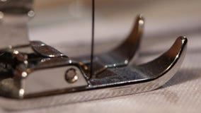 Βελόνα στη ράβοντας μηχανή κλείστε επάνω απόθεμα βίντεο