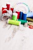 βελόνων περασμένα κλωστή νήμα εργαλεία σύστασης στροφίων ψαλιδιού ράβοντας Στοκ Εικόνα