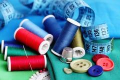 βελόνων περασμένα κλωστή νήμα εργαλεία σύστασης στροφίων ψαλιδιού ράβοντας Στοκ Εικόνες