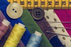 βελόνων περασμένα κλωστή νήμα εργαλεία σύστασης στροφίων ψαλιδιού ράβοντας Στοκ Φωτογραφίες