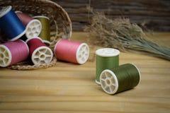 βελόνων περασμένα κλωστή νήμα εργαλεία σύστασης στροφίων ψαλιδιού ράβοντας Στοκ Φωτογραφία