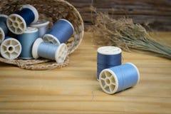 βελόνων περασμένα κλωστή νήμα εργαλεία σύστασης στροφίων ψαλιδιού ράβοντας Στοκ φωτογραφία με δικαίωμα ελεύθερης χρήσης