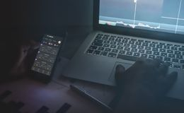 Βιέννη Αυστρία Απρίλιος 26 2019, κινητές συσκευές εμπόρων ημέρας Έμπορος ημέρας Forex που κρατά το κινητό τηλέφωνο εξετάζοντας τα στοκ εικόνες