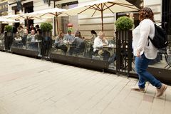 Βιέννη, Αυστρία - 15 Απριλίου 2018: Οι άνθρωποι κάθονται στους πίνακες σε έναν καφέ οδών Στοκ εικόνες με δικαίωμα ελεύθερης χρήσης