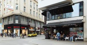 Βιέννη, Αυστρία - 15 Απριλίου 2018: Οι άνθρωποι κάθονται στους πίνακες σε έναν καφέ οδών Στοκ φωτογραφίες με δικαίωμα ελεύθερης χρήσης