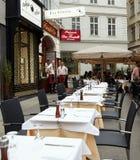 Βιέννη, Αυστρία - 15 Απριλίου 2018: Οι άνθρωποι κάθονται στους πίνακες σε έναν καφέ οδών Στοκ Εικόνες