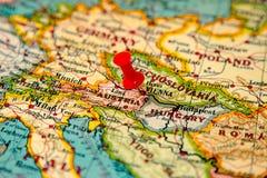 Βιέννη, Αυστρία που καρφώνεται στον εκλεκτής ποιότητας χάρτη της Ευρώπης Στοκ Φωτογραφίες