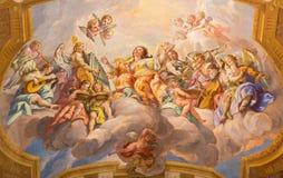 Βιέννη - η συμβολική νωπογραφία της γυναίκας με τους αγγέλους και των οργάνων μουσικής στην μπαρόκ εκκλησία του ST Charles Borrom στοκ εικόνες