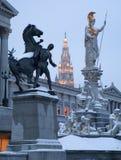 Βιέννη - πηγή και το Κοινοβούλιο του Παλλάς Αθηνά το χειμερινό βράδυ στοκ φωτογραφία