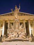 Βιέννη - πηγή και το Κοινοβούλιο του Παλλάς Αθηνά το χειμώνα στοκ εικόνα