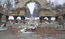 Βιέννη - πηγή στο παλάτι schonbrunn - παλαιές καταστροφές της Ρώμης στο winte Στοκ Φωτογραφία