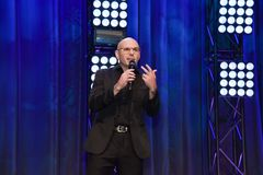 Βιαστής Pitbull που μιλά στη σκηνή Στοκ Εικόνες