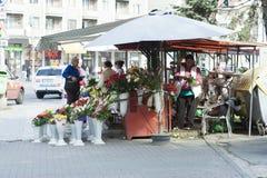 Βιαστικό εμπόριο μπουκέτων λουλουδιών στην οδό πόλεων Στοκ φωτογραφία με δικαίωμα ελεύθερης χρήσης