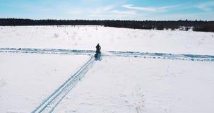Βιασύνες οχήματος για το χιόνι μέσω του τομέα απόθεμα βίντεο