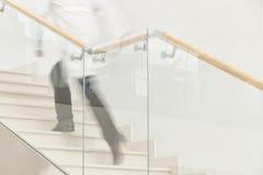 Βιασύνη για να σώσει μια ζωή. Κίνηση θαμπάδων του γιατρού στο άσπρο ομοιόμορφο hur Στοκ Εικόνες