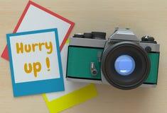 Βιασύνη επάνω, μήνυμα στο πλαίσιο φωτογραφιών στοκ φωτογραφία