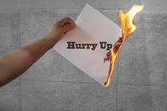 Βιασύνη επάνω στο κείμενο στην πυρκαγιά σε χαρτί στοκ εικόνες