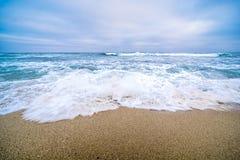 Βιασύνη κυμάτων επάνω σε μια παραλία στο Σαν Ντιέγκο στοκ φωτογραφίες με δικαίωμα ελεύθερης χρήσης