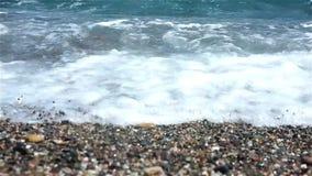 Βιασύνη κυμάτων επάνω στην παραλία φιλμ μικρού μήκους