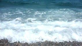 Βιασύνη κυμάτων επάνω στην παραλία απόθεμα βίντεο