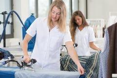 Βιασύνη πλυντηρίων σιδερώματος γυναικών Frustated επάνω στοκ εικόνα με δικαίωμα ελεύθερης χρήσης