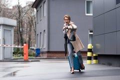 βιασύνη της επιχειρηματία με τη βαλίτσα που ελέγχει το χρόνο και τρέξιμο στοκ εικόνα με δικαίωμα ελεύθερης χρήσης