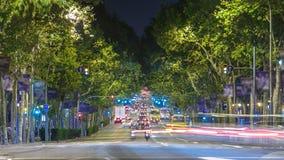 Βιασύνη της νυχτερινής κυκλοφορίας στο δρόμο timelapse στη Βαρκελώνη, Ισπανία απόθεμα βίντεο